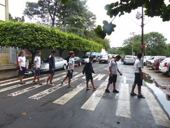 E uma simulação do rumo ao trabalho, ao estilo Abbey Road.